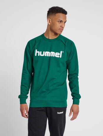 HUMMEL GO COTTON LOGO SWEATSHIRT, EVERGREEN, model
