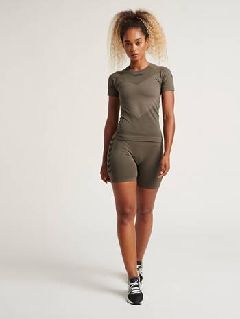 hmlFIRST SEAMLESS TRAINING SHORT TIGHTS WOMEN, GRAPE LEAF, model