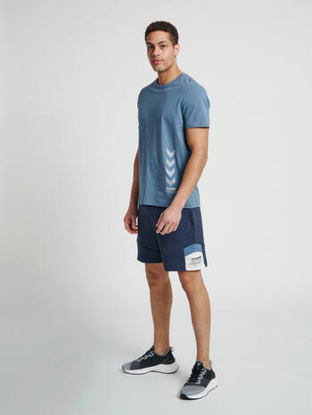 hmlALEC SHORTS, BLUE NIGHTS, model