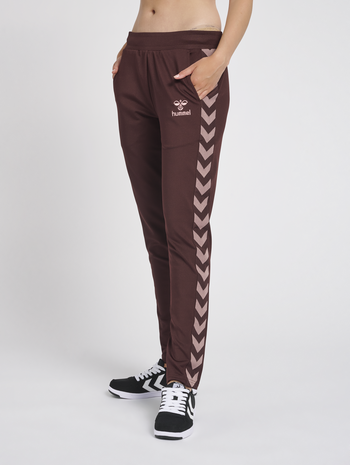 hmlNELLY 2.0 TAPERED PANTS, FUDGE , model